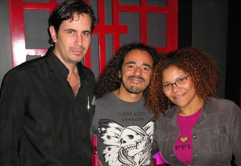 El vocalista Rubén Albarrán tiene el gusto de posar junto a los periodistas Adrian Morales y Deidamia Galán, durante la rueda de prensa previa al concierto ofrecido por los tacvbos en Santo Domingo, en marzo de 2009.