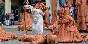 Presentación de la obra Cecilia, ángel de barro, por la compañía D'Morón Teatro, escenificada frente al teatro Abdala, en ocasión de celebrar la compañía 30 años de fundada, en Ciego de Ávila, 29 de mayo de 2016. ACN FOTO/ Osvaldo GUTIÉRREZ GÓMEZ