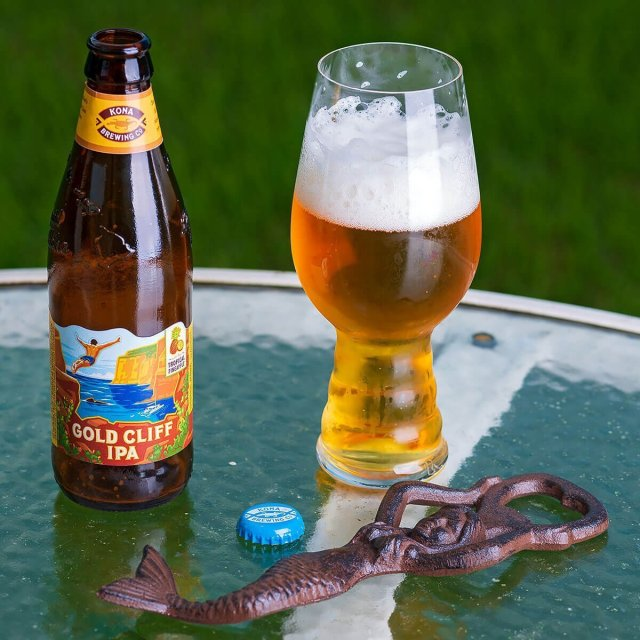 Gold Cliff IPA is an American IPA brewed by Kona Brewing Co. that blends floral hops with citrus and juicy pineapple.