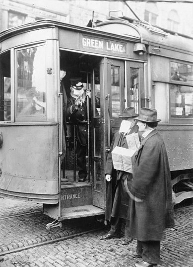 Photo of street car during 1918 pandemic
