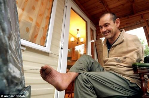 L'uomo che dipinge con il piede - Peter Longstaff