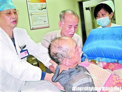 Lin Ma all'Ospedale con il chiodo in testa.