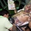 Guinness Rishi mentre viene tatuato
