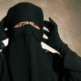 Donna indossa il niqab