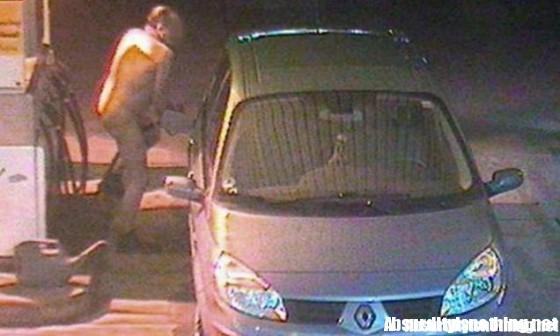 Uomo nudo fa benzina in Germania