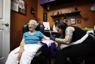101 anni si tatua