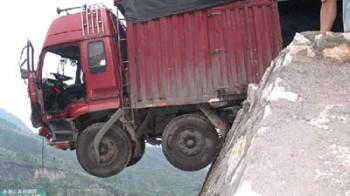Camionista sul ciglio del burrone