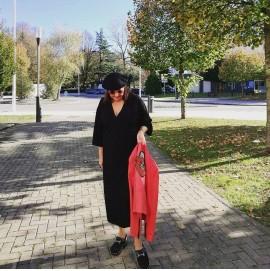 abuela a la ultima enseñando cazadora roja y boina negra