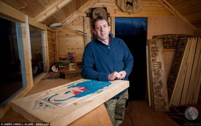 فنان ينحت مجسم خشبي مذهل رغم فقدانه لثلاثة أصابع
