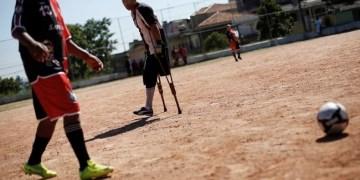 لاعب يتحدى الإعاقة