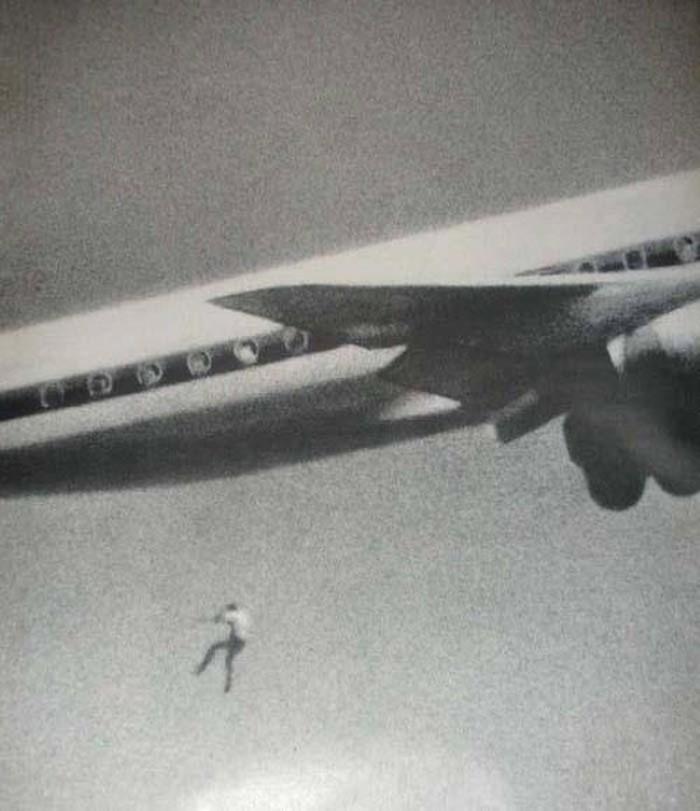 مسافر مختبئ يسقط من الطائرة