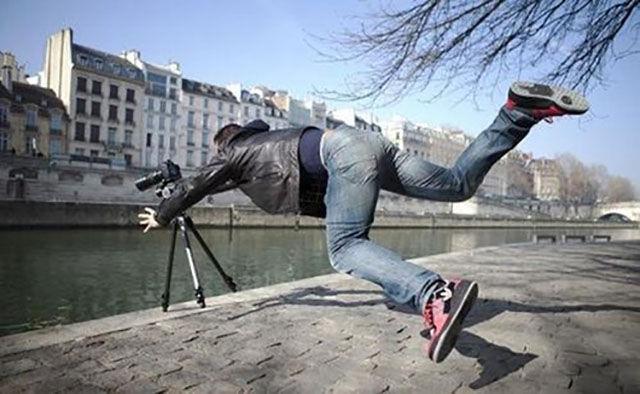 مصور تسقط كاميرته في النهر