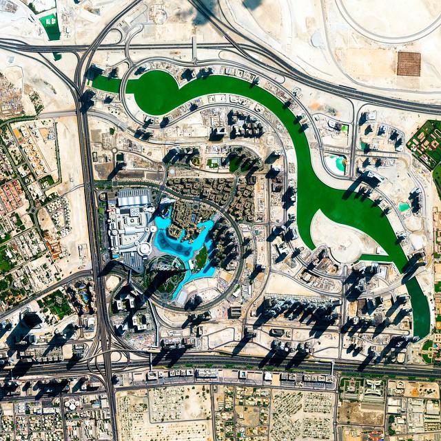 ناطحات السحاب في دبي تلقي بظلالها الطويلة على المناظر الطبيعية المحيطة