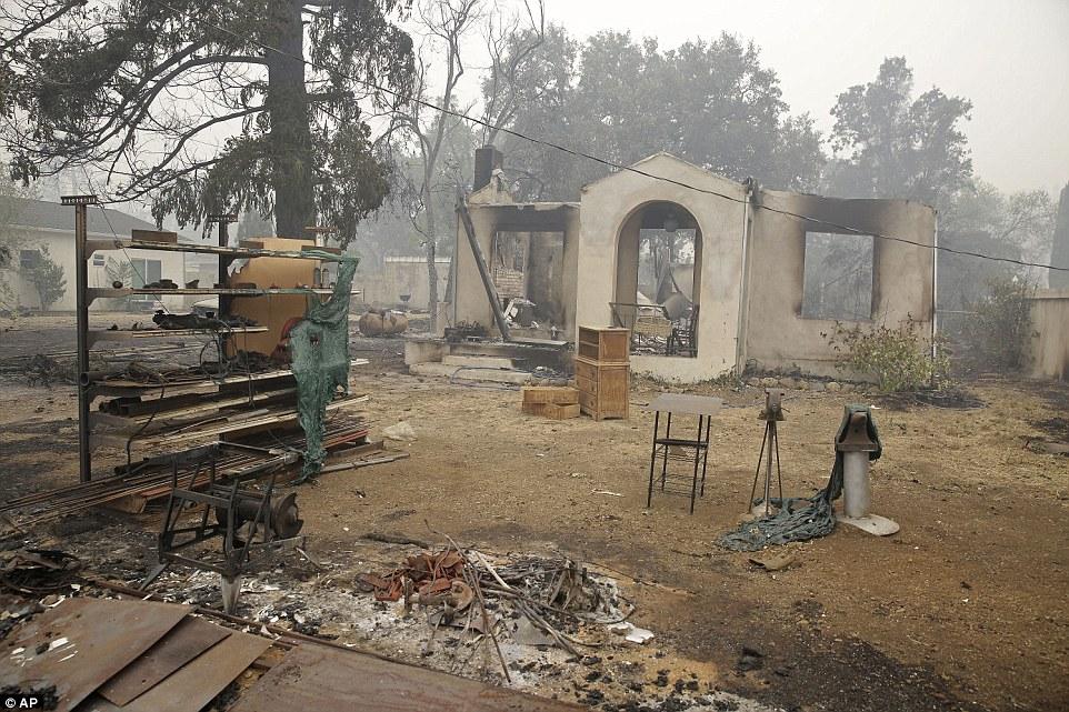 بقايا منزل محترق