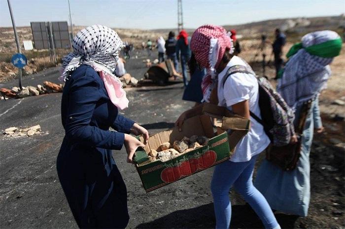 فتيات بالمظاهرة بفلسطين