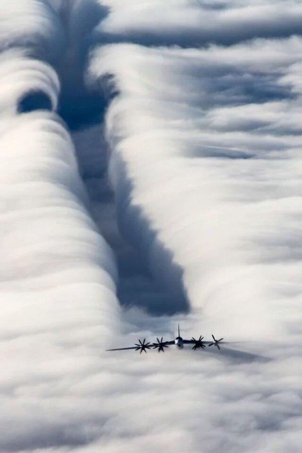طائرات وسط الغيوم