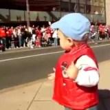 جمهور يتفاعل مع طفل