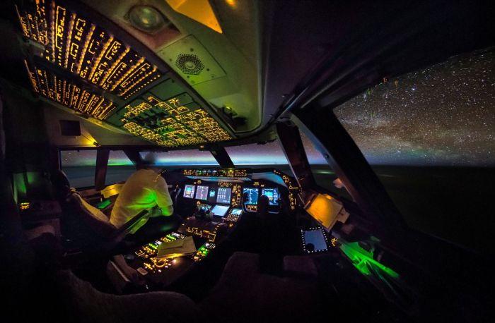 الطيارين من طائراتهم