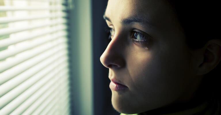لماذا تشعر النساء بالحزن أكثر من الرجال؟
