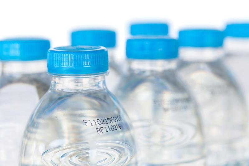 زجاجات المياه البلاستيكية لديها تاريخ صلاحية