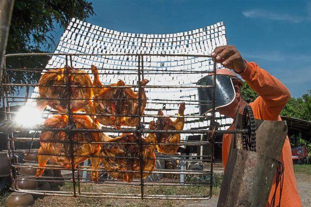 يشوي الدجاج بواسطة ضوء الشمس