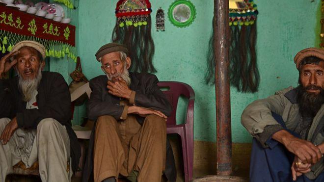 اللغة التي يتحدث بها إلا ثلاثة رجال