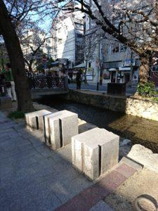 京都木屋町・高瀬川沿いの腰掛け