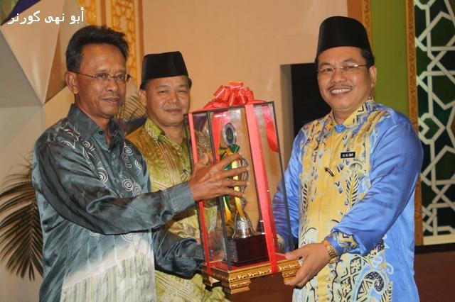 Ust Hj Pg Omar Pg Gana, Pengetua SMAI TPHR menerima trofi daripada Timbalan Pengarah JHEAINS, Hj Rumaling Epit