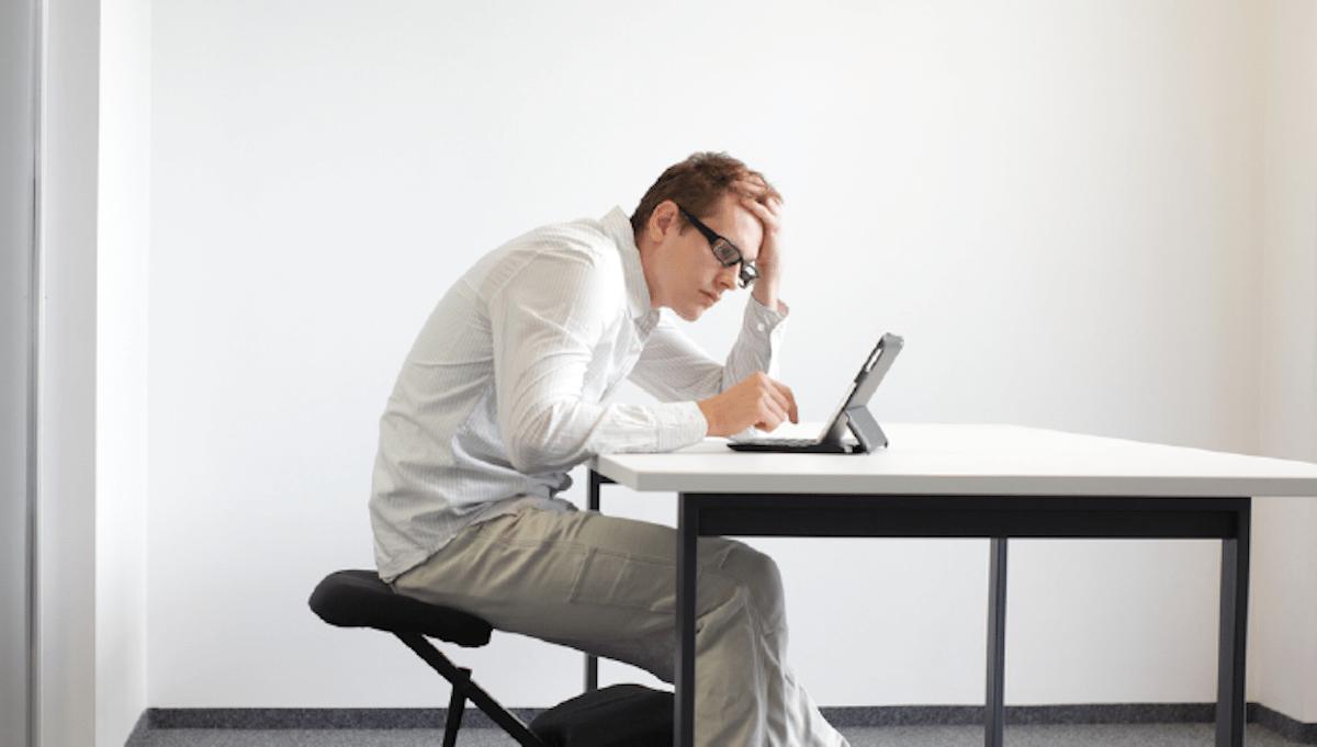 أدوات للحفاظ على استقامة الظهر أثناء العمل على الحاسوب والهاتف