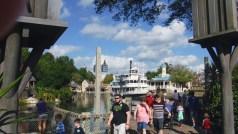 A balsa que leva os visitantes para dentro da Disneyworld.