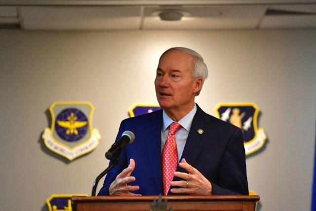 El gobernador Asa Hutchinson habla con los miembros del Equipo Little Rock durante una reunión trimestral del consejo comunitario en la Base de la Fuerza Aérea de Little Rock, Arkansas, el 13 de agosto de 2019.