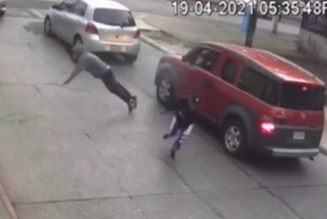 Un ladrón armado retrocede después de ser baleado por los guardaespaldas del congresista Aldo Dávila mientras otro ladrón huye del lugar.