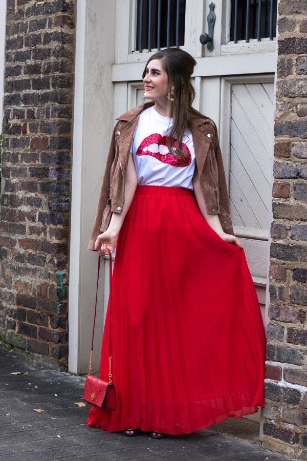 10 Valentine's Day Date Ideas + A Casual Outfit Idea | Sequined Sparkely Glittery Cozy Costume Lip Print T-shirt | SheIn Sequined Sparkely Glittery Cozy Costume Lip Print T-shirt | lip tee outfit | graphic tee for women | dressing up a graphic tee | lip tee with red pleated maxi skirt | date ideas