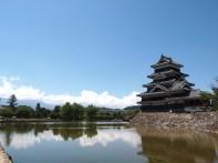 遠く北アルプスを背景にお堀の水に映る城は松本城ならではの光景ですね。Photo:S.I.