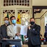 Gladson assina decreto convocando 325 concursados da PM e anuncia CNH de graça para os que não tem condições de bancar