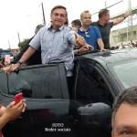 """Bolsonaro chega a Sena ao som de """"mito"""" e percorre ruas com apoiadores"""