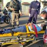 Mulher é arremessada no asfalto, desmaia e fica em estado grave após colisão com carro