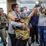 Ao som de 'late coração', Gladson dança com servidora pública em solenidade