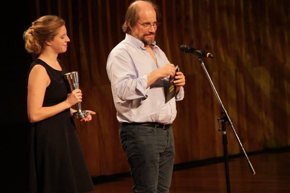 Marcelo Subiotto entrega el premio a Revelación Femenina