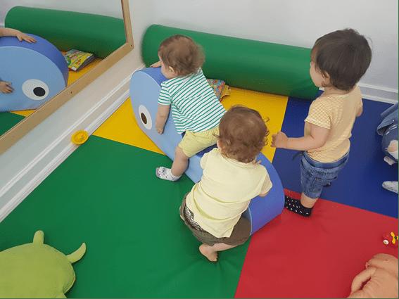 Crianças brincam na Creche
