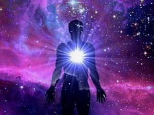 représentation d'un homme avec lumière au centre de son coeur