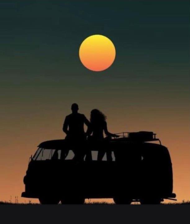 couple dans un van regardant la lune