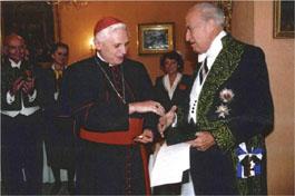 Edouard Bonnefous et le cardinal Josef Ratzinger lors de son installation comme associé étranger à l'Académie des Sciences morales et politiques (1992)