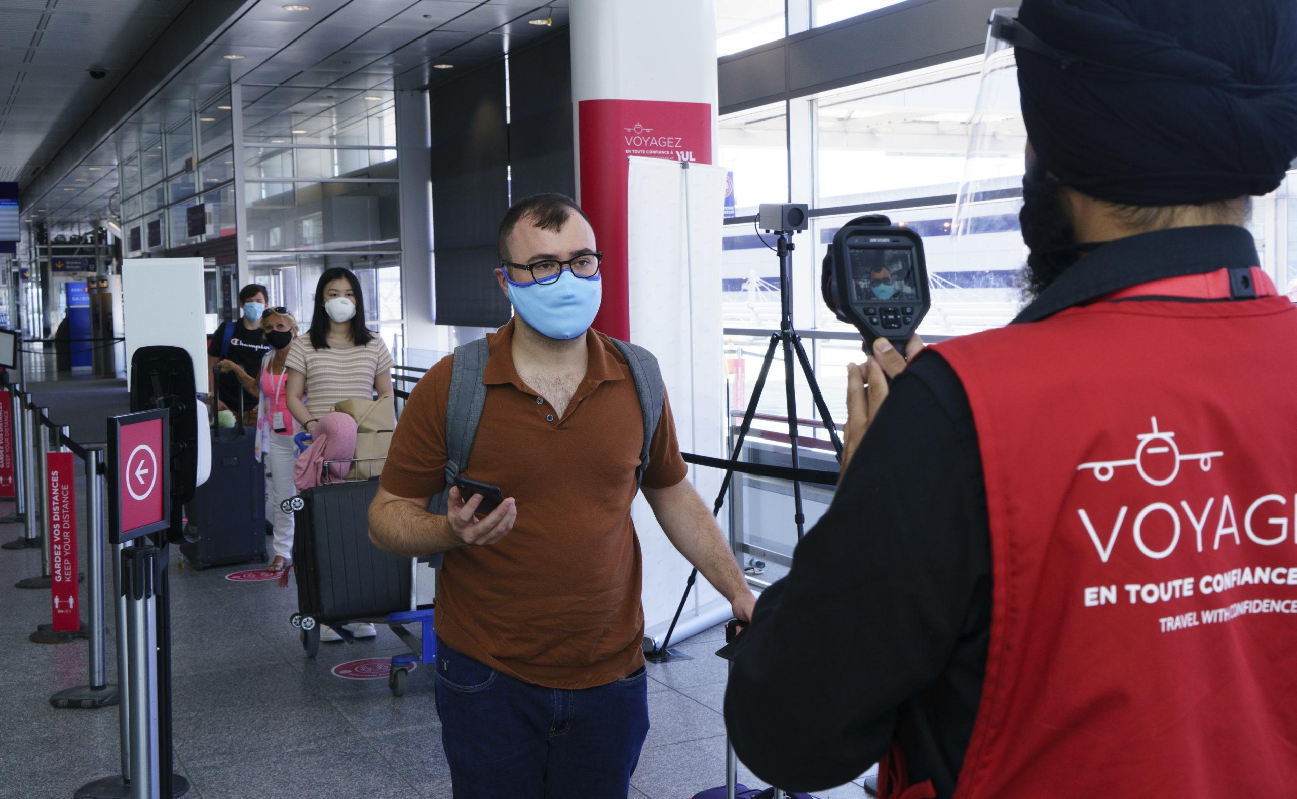 Des voyageurs vaccinés sont soulagés de l'assouplissement des règles
