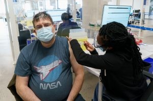 Vaccination des travailleurs des foyers de soins: le gouvernement cherche à éliminer les barrières