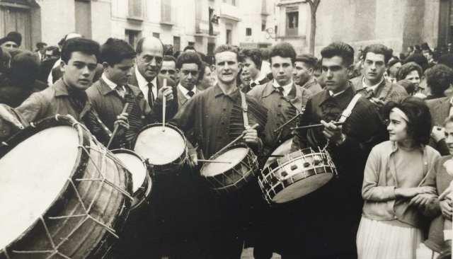 Luis Buñuel tocando el tambor en la Plaza de España