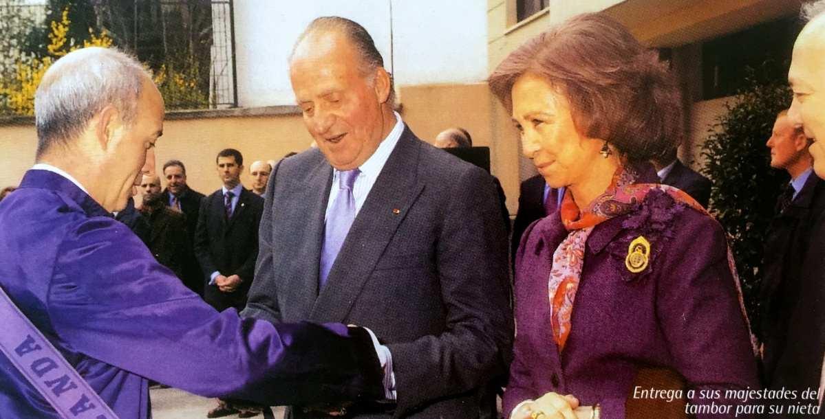 El Rey Juan Carlos y la Reina Doña Sofía reciben de regalo un tambor para su nieta