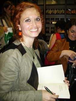 Mónica Muñoz firmando ejemplares de su novela