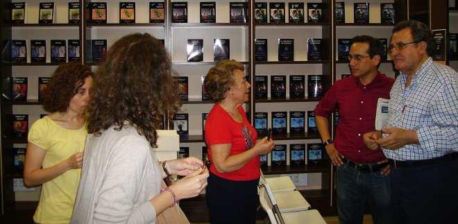 Erasmo Cachay charlando con algunos de sus lectores en Espacio Amarante