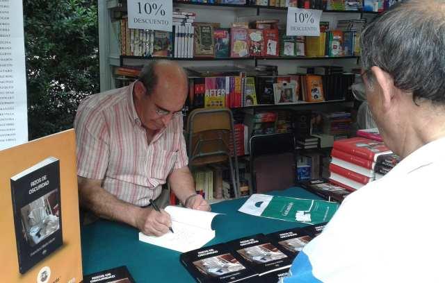 Francisco Martín firmando en la Feria del Libro su novela negra